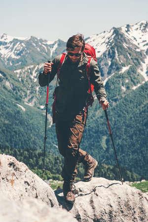 Man voyageur avec sac à dos en cours d'exécution dans les montagnes vacances d'aventure Voyage Lifestyle Outdoor Concept Skyrunning le sport