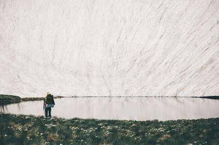 Voyageurs appréciant le lac et le glacier paysage dans les montagnes Lifestyle Voyage Aventure vacances extrêmes de plein air dans la nature