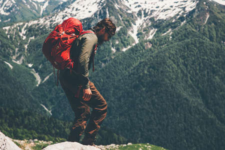 Man voyageur vacances actives sac à dos de randonnée Voyage Lifestyle notion d'aventure en plein air sur fond montagnes