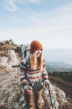 Happy Woman voyageurs avec des vacances actives à dos randonnée Lifestyle Voyage notion d'aventure en plein air Banque d'images