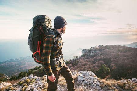 L'homme voyageant avec sac à dos de randonnée dans les montagnes Voyage Lifestyle succès Aventure vacances actives en plein air escalade sportive chemise à carreaux hippie de vêtements