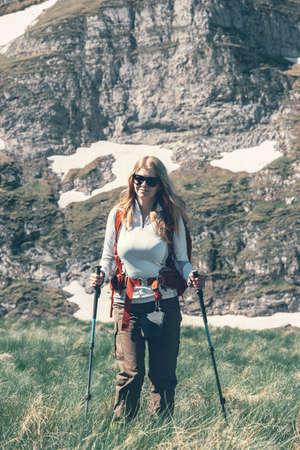 Jeune femme voyageant avec des vacances actives sac à dos de randonnée Voyage Lifestyle notion d'aventure en plein air sur fond montagnes