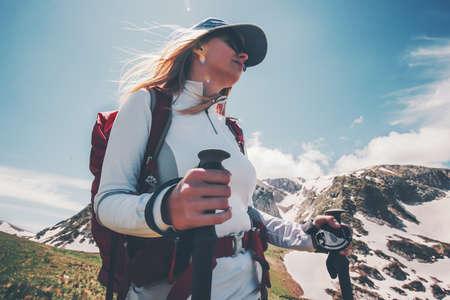 Femme voyageur avec sac à dos de randonnée dans les montagnes Voyage Lifestyle succès Aventure vacances d'été actives en plein air alpinisme sportif
