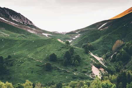 Montagnes vallée verdoyante Paysage Voyage paysage serein saison estivale