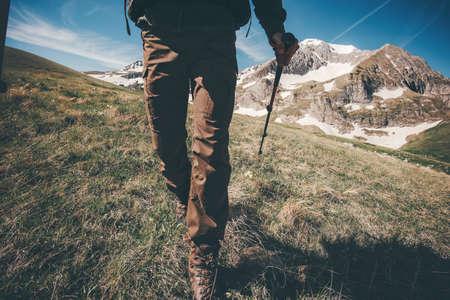 Pieds de voyageurs randonnée dans les montagnes Voyage Lifestyle aventure vacances d'été actives concept de plein air
