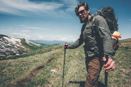 L'homme voyageant avec sac à dos de randonnée dans les montagnes Voyage Lifestyle succès Aventure vacances actives en plein air alpinisme sport