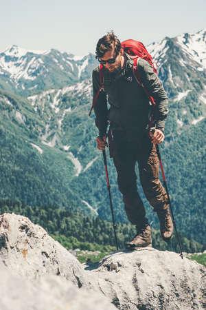 Man voyageur avec sac à dos de randonnée dans les vacances actives montagnes Voyage Lifestyle notion d'aventure en plein air dans la nature Banque d'images