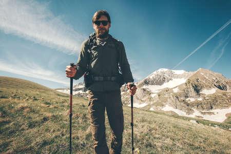 L'homme voyageant avec sac à dos de randonnée dans les montagnes Voyage Lifestyle bien-être le concept d'aventure vacances actives alpinisme en plein air le sport