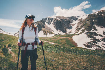 Femme backpacker voyage randonnée dans les montagnes succès Lifestyle Voyage Aventure actifs vacances d'été en plein air alpinisme sport