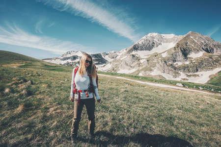 Fille backpacker traveling randonnée dans les montagnes succès Lifestyle Voyage Aventure vacances d'été actives alpinisme en plein air le sport