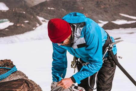 Man klimmer verpakking rugzak bergen alpinisme apparatuur Travel Lifestyle-concept avontuurlijke actieve vakanties outdoor bergbeklimmen sport