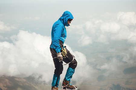 Man escalade à la montagne Sommet Voyage Lifestyle Aventure vacances en plein air alpinisme sportif alpinisme équipement piolet et crampons actifs Banque d'images
