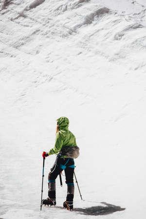 Traveler escalade pour des vacances actives montagne sommet Voyage Lifestyle notion d'aventure en plein air Crampons équipement alpinisme sport alpinisme sur glacier