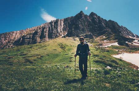 Man reiziger wandelen in de bergen Travel Lifestyle-concept avontuurlijke actieve zomervakanties openlucht met rugzak in het wild