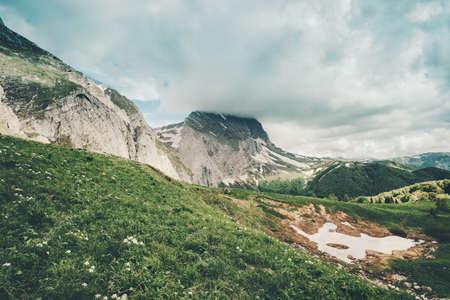 Montagnes Rocheuses et vallée verdoyante Paysage Voyage paysage serein saison estivale Banque d'images