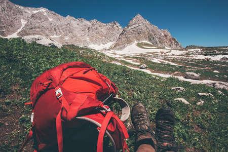 Rouge Sac à dos avec des montagnes rocheuses sur fond Voyage Lifestyle Aventure vacances d'été actives équipement extérieur de la randonnée