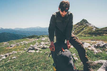 Man voyageur emballage sac à dos de randonnée dans les montagnes Lifestyle Voyage Aventure vacances d'été actif exterieurs Banque d'images