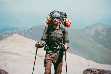 Traveler Man randonnée dans les montagnes avec sac à dos Voyage Lifestyle Aventure vacances actives en plein air alpinisme sport