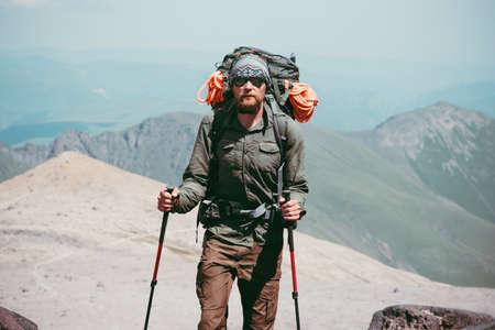 Traveler Man wandelen in de bergen met rugzak Travel Lifestyle-concept avontuurlijke actieve vakanties outdoor bergbeklimmen sport