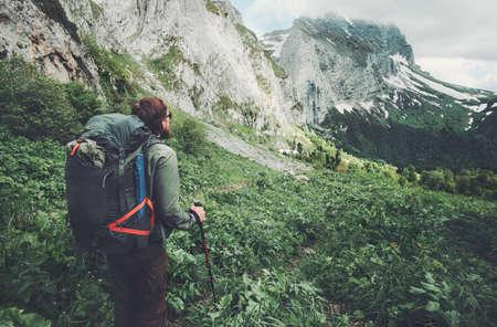 Man reiziger met rugzak wandelen Travel Lifestyle-concept avontuurlijke actieve zomervakanties openlucht rotsachtige bergen op de achtergrond