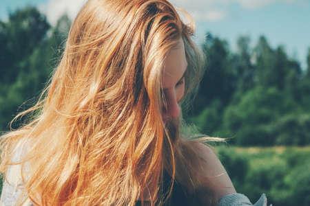 Red hair girl marche vacances d'été de style de vie de Voyage en plein air avec la forêt nature sur fond Banque d'images