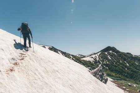 Man randonnée voyageur dans les montagnes Lifestyle Voyage Aventure actifs vacances d'été en plein air alpinisme sport
