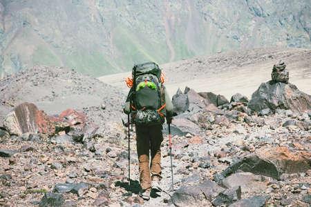 Traveler Man wandelen in de Rocky Mountains met rugzak Travel Lifestyle-concept avontuurlijke actieve vakanties outdoor bergbeklimmen sport