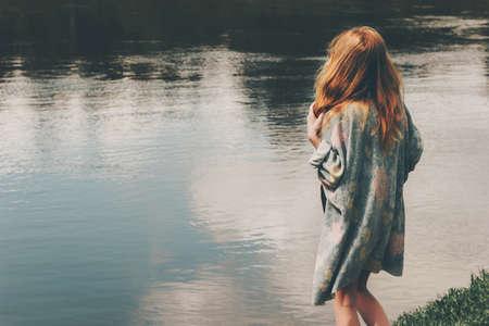 Jeune femme de cheveux roux marchant à la rivière seul port long cardigan Fashion Lifestyle émotions concept harmonie avec la nature