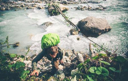 Man Traveler over rivier klimmen Lifestyle Travel extreme survival begrip avontuurlijke actieve zomervakanties openlucht