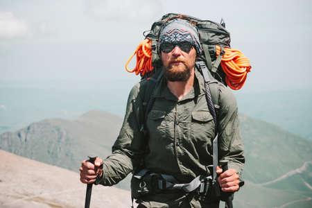 Bearded Man randonnée des voyageurs dans les montagnes avec sac à dos Voyage Lifestyle Aventure vacances actives en plein air alpinisme sport