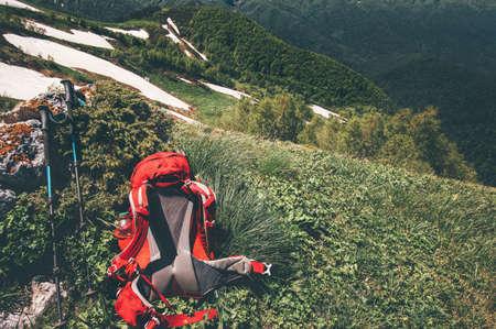 Rode rugzak op groene vallei in de bergen Travel Lifestyle-concept avontuurlijke actieve zomervakanties buiten wandelen apparatuur