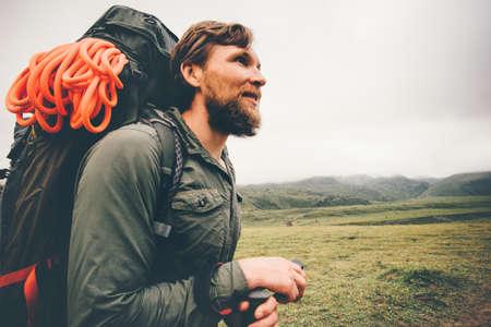 Traveler voyageur sur les montagnes brumeuses vacances actives Lifestyle Voyage notion d'aventure randonnée en plein air le sport avec un équipement sac à dos d'escalade Banque d'images