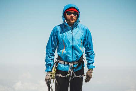 Man grimpeur vacances actives montagne sommet Voyage Lifestyle notion d'aventure en plein air alpinisme équipement alpinisme sport Banque d'images