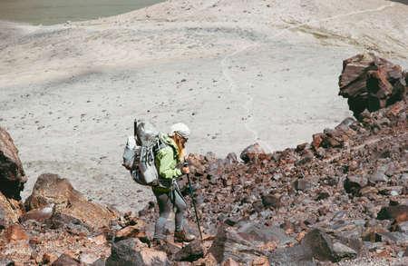 Vrouw reiziger wandelen in de Rocky Mountains met rugzak Reizen Lifestyle avontuur concept actieve vakanties outdoor bergbeklimmen trail running sport