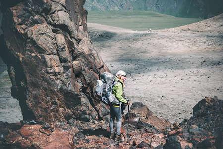 Vrouw Wandelaar met rugzak reizen in de bergen Reizen Lifestyle avontuur concept actieve vakanties buiten wandelen bergbeklimmen sport rotsen op achtergrond Stockfoto
