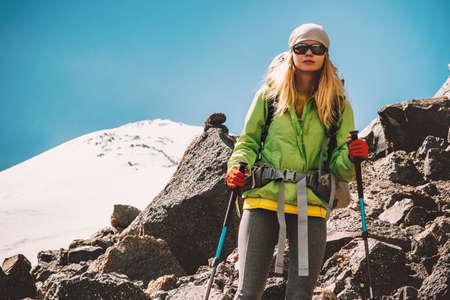 Femme voyageur avec sac à dos escalade dans les vacances actives montagnes Voyage Lifestyle concept d'aventure en plein air alpinisme randonnée succès du sport et vie saine