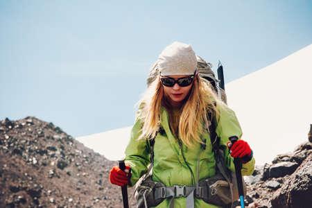Femme voyageur randonnée dans les montagnes avec des vacances actives à dos Voyage Lifestyle concept d'aventure en plein air sentier de montagne courir sport succès