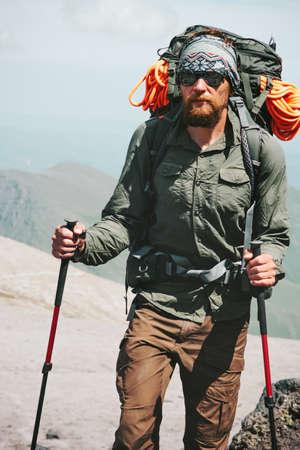 Man klimmen in de bergen met rugzak Travel Lifestyle-concept avontuurlijke actieve vakanties buitenbar bergbeklimmen sport alpinisme apparatuur