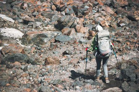 Randonneur avec sac à dos dans les vacances actives montagnes Voyage Lifestyle concept d'aventure en plein air sentier de randonnée d'alpinisme courir pierres de sport sur fond