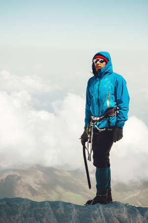 Homme grimpeur montagne glacier Lifestyle Voyage Aventure vacances en plein air alpinisme sportif alpinisme équipement piolet et crampons actifs