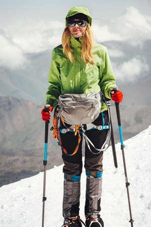 Reiziger van de vrouw klimmen in de bergen Reizen Lifestyle avontuur concept actieve vakanties outdoor bergbeklimmen geluk sport succes emoties Stockfoto
