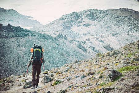Traveler Man bergbeklimmen Travel gezonde leefstijl concept avontuurlijke actieve vakanties buiten wandelen sport met rugzak