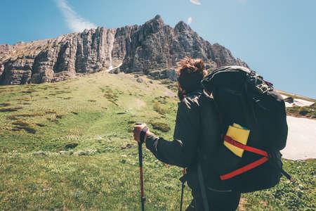 Man voyageur avec sac à dos de randonnée dans les montagnes rocheuses concept Lifestyle Voyage aventure vacances d'été actif en plein air