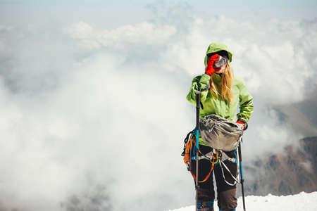 Femme de boire du thé alpinist sur des vacances actives montagne sommet Lifestyle Voyage concept d'aventure en plein air escalade sportive