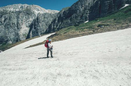Reiziger wandelen in de bergen met rugzak Travel Lifestyle-concept avontuurlijke actieve zomervakanties openlucht in het wild