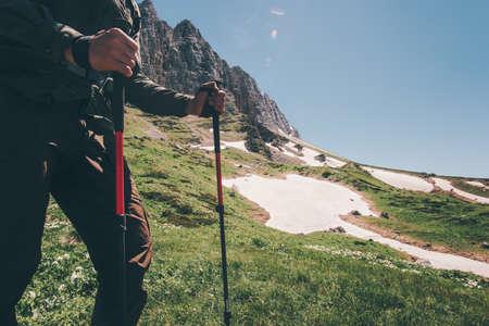 Traveler Voeten wandelen in de bergen met trekking stokken Reizen Lifestyle avontuur actieve zomervakantie concept van outdoor