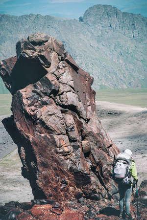 Traveler avec sac à dos de randonnée dans les montagnes Voyage Lifestyle concept aventure vacances actives alpinisme en plein air escalade rochers sport sur fond Banque d'images