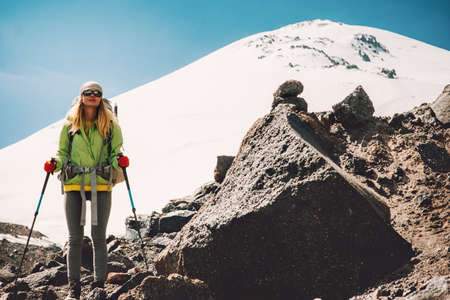 Jonge Vrouw reiziger met een rugzak wandelen in de bergen Reizen Lifestyle avontuur concept actieve vakanties outdoor bergbeklimmen sport succes Elbrus bergen op de achtergrond