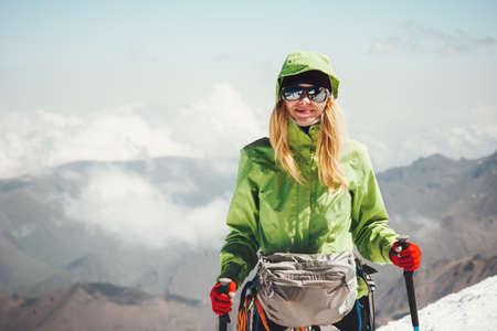 Femme voyageur randonnée dans les montagnes Voyage Lifestyle concept aventure vacances actives alpinisme en plein air des émotions de bonheur sport succès Banque d'images