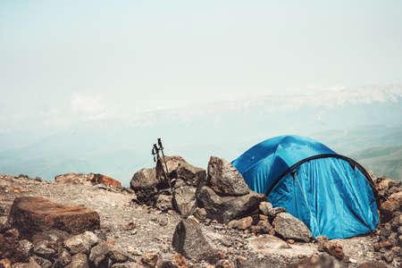 Lifestyle notion d'été vacances d'aventure Tente de camping dans les montagnes Paysage Voyage exterieurs